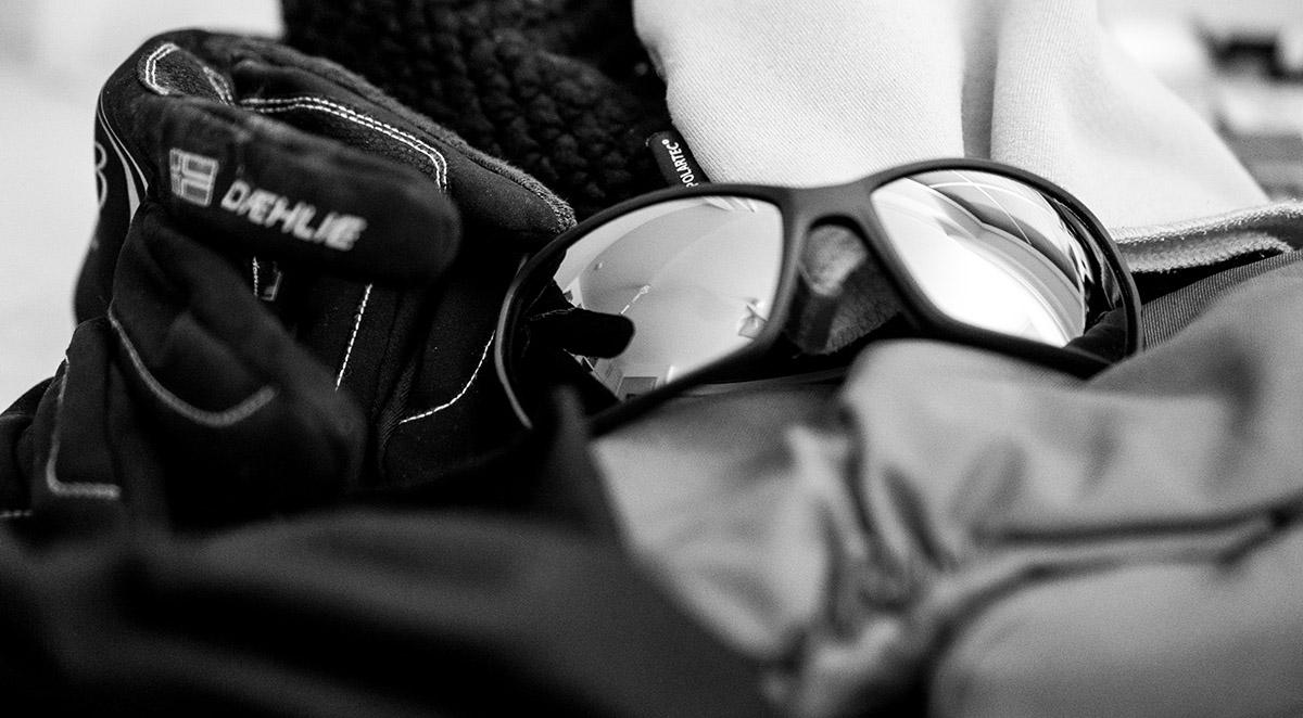 Sonnenbrille und Handschuhe