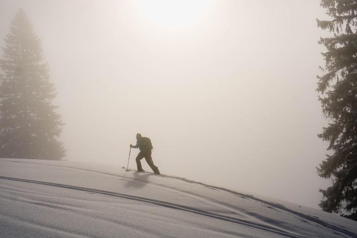 Splitboard Aufstieg im Nebel