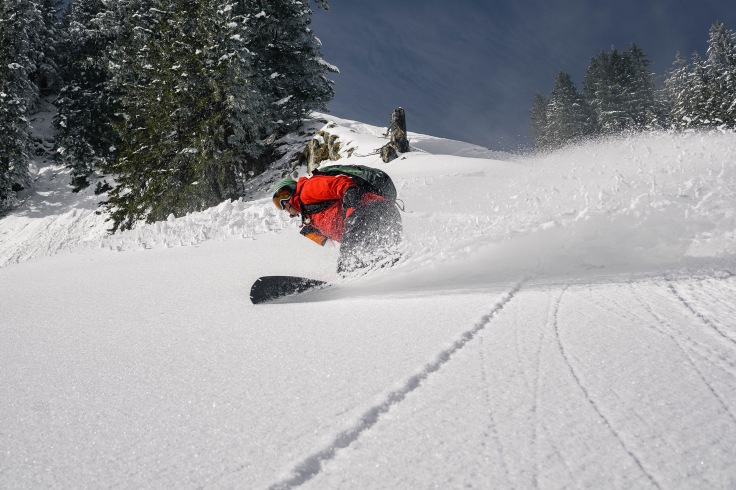 Snowboardturn im Powder